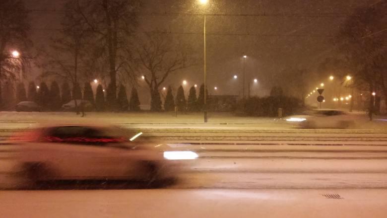 Zawieje i zamiecie śnieżne w stolicy Wielkopolski. W środę wieczorem w Poznaniu zaczął wiać wiatr, który jest połączony z opadami śniegu. Kierowcy zwolnili,