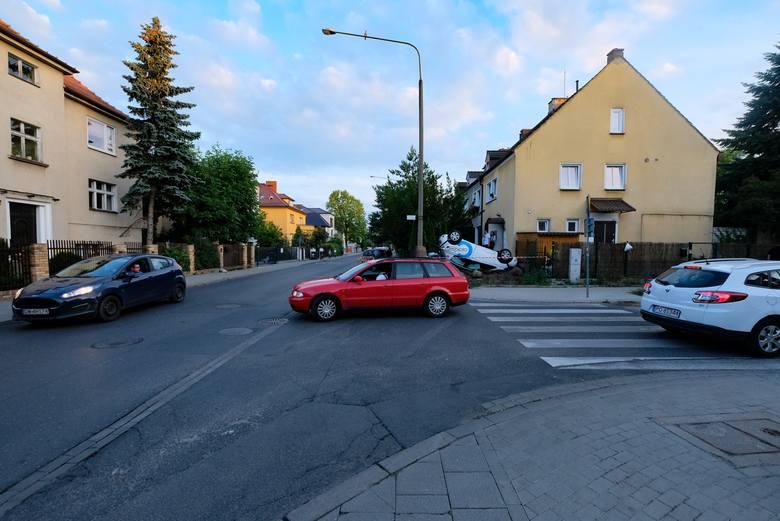 Do zdarzenia doszło w poniedziałek wieczorem. Dwóch młodych ludzi skorzystało z wypożyczalni samochodów na minuty Click2Go. Jeden z nich zasiadł za kierownicą, by swoje umiejętności zaprezentować kolegom, obserwującym go z ulicy. Młody mężczyzna jednak przecenił swoje umiejętności.