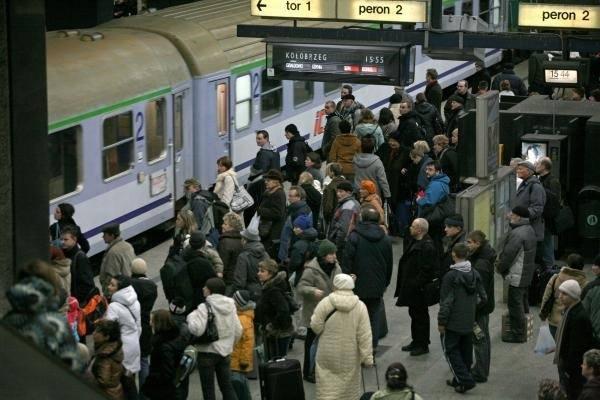 Na największej stacji kolejowej w Polsce rocznie obsługuje się 19,4 mln pasażerów. Zobacz w galerii zestawienie 10 dworców, które w 2017 r. obsłużyły
