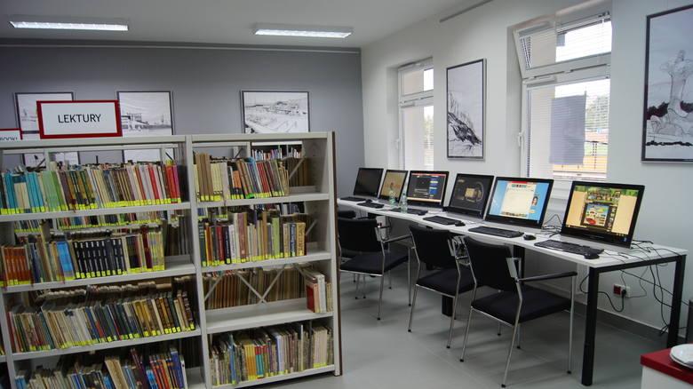 Tak wygląda Stacja Kultura i biblioteka otwarte na dworcu kolejowym w Rumii.