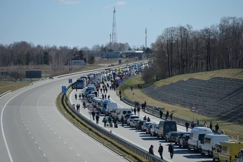 Ukraińcy tracą pracę i wracają do domu. Na zdjęciu przejście graniczne w Korczowie.
