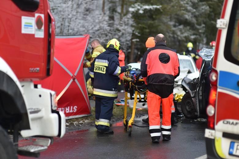 W piątek po południu doszło do tragicznego wypadku pod Lesznem. Czołowo zderzyły się tam volkswagen i skoda. Drugim z aut jechała mama z trójką synów.