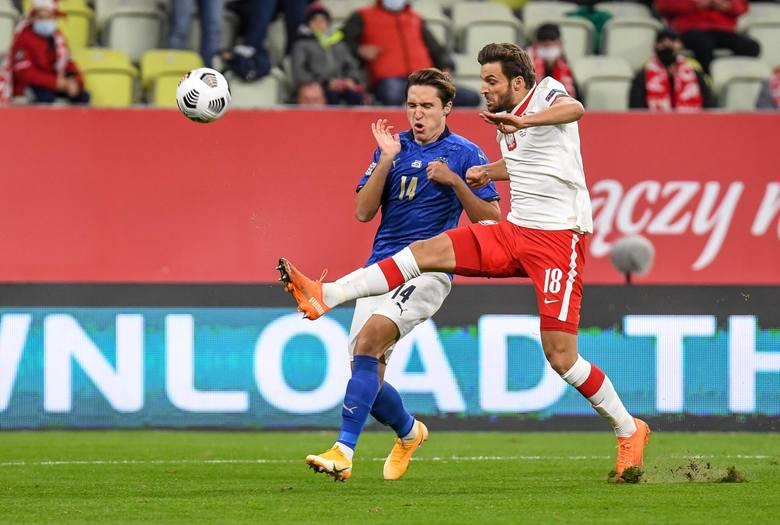 Granie wysoko ustawioną linią defensywną to jeden z pomysłów Sousy i właśnie dlatego mecz z Węgrami zaczął na ławce rezerwowych Kamil Glik. - On czuje