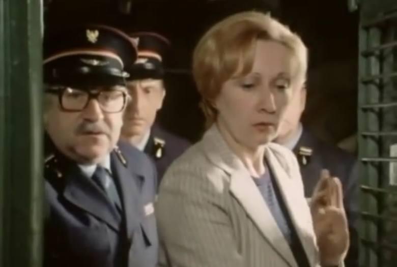 """Odcinek jedenasty """"Wagon pocztowy"""". Na zdjęciu Aleksandra Koncewicz w roli lekarki, pasażerki pociągu."""