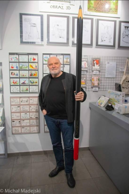 Wyjątkowy ołówek podpisany przez Andrzeja MleczkęDługi na prawie 2 metry, piszący ołówek wisiał przez wiele lat w jego Galerii Autorskiej. Ołówek może