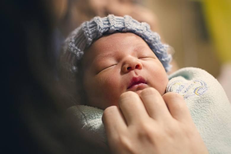 Poza urlopem macierzyńskim i ojcowskim, pracodawca ma obowiązek udzielenia dodatkowego urlopu z okazji narodzin dziecka pracownika w wymiarze: 2 dni