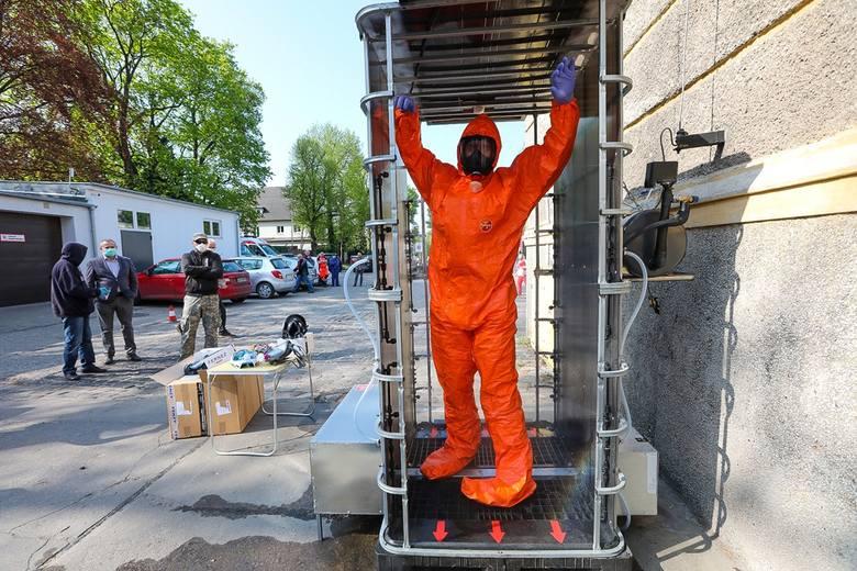 Pogotowie w Szczecinie dostało śluzę do błyskawicznej dezynfekcji. Zobacz zdjęcia - 28.04.2020