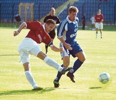 Trener asystent wiślackiej drużyny Kazimierz Moskal (z lewej) w meczu ze Skonto Ryga w 2001 r. Fot. Wacław Klag