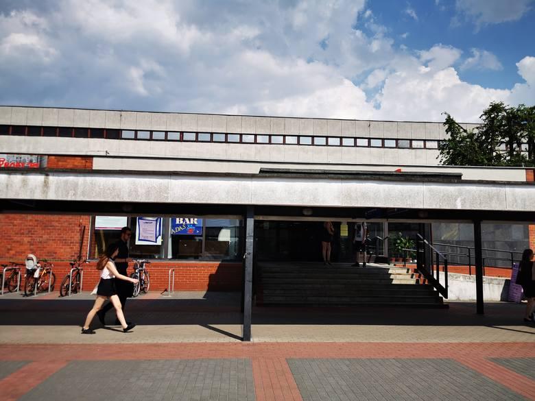 Władze toruńskiego uniwersytetu wyciągają konsekwencje wobec pracownika Biblioteki Głównej UMK, którego koleżanki z pracy oskarżyły o molestowanie.