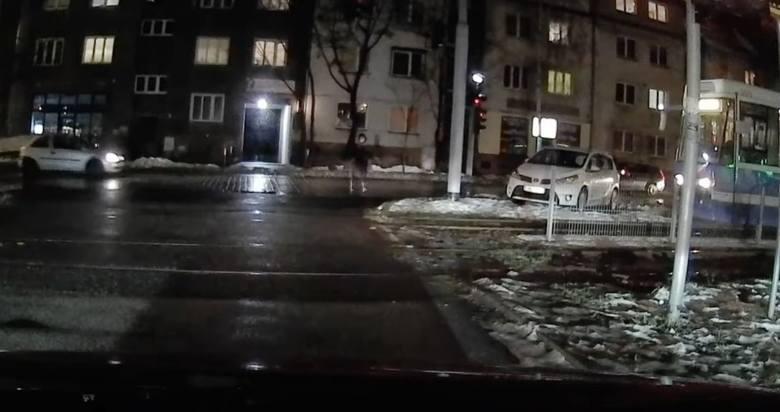 Tak giną ludzie! Kobieta biegnie przez ulicę prosto pod nadjeżdżające tramwaje [FILM]