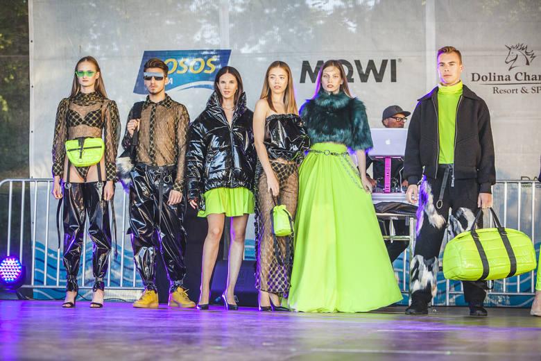 W sobotę na usteckiej promenadzie, już po raz drugi, odbył się pokaz mody z Pierre Rene. Swoje kreacje zaprezentowało sześcioro projektantów: Karolina