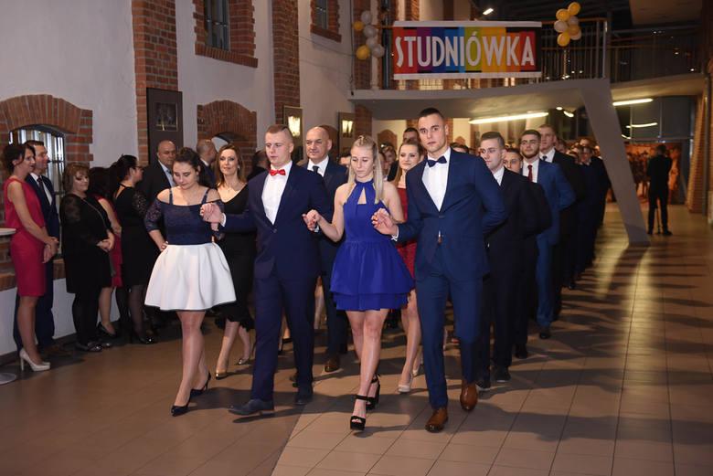 Za nami pierwszy studniówkowy weekend w Toruniu. Swoje bale maturalne miały Zespół Szkół Szkół Przemysłu Spożywczego i VIII LO. Uczniowie bawili się