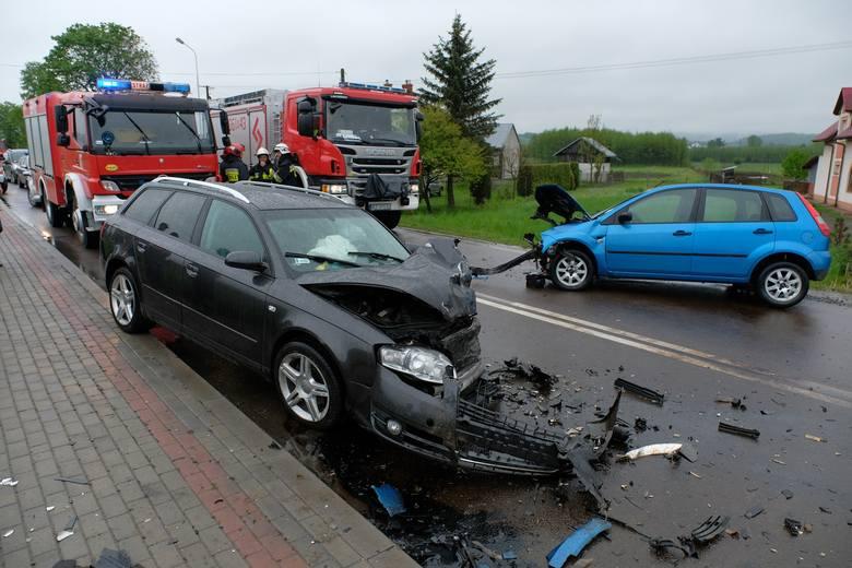 Do wypadku doszło we wtorek po godz. 15 na drodze wojewódzkiej nr 844 w Przedmieściu Dubieckim w powiecie przemyskim.Czołowo zderzyły się dwa samochody