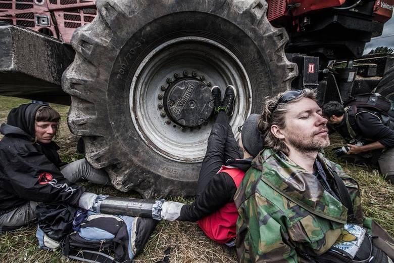 Ekolodzy blokują ciężki sprzęt.