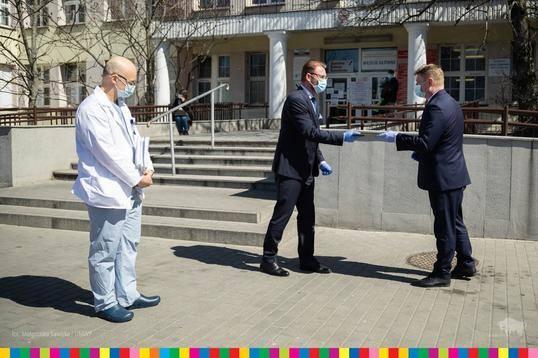 Dyrektor szpitala Cezary Nowosielski, członek zarządu województwa  Marek Malinowski i dr Piotr Gałkin