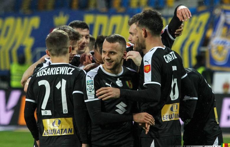 Dziś oceniamy piłkarzy Korony Kielce po zwycięskim meczu z Arką w Gdyni. Kielczanie wygrali 2:1 po golach w pierwszej połowie Felicio Brown Forbesa i