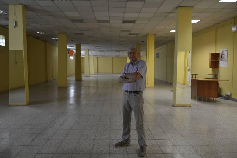 Krzysztof Futro w pustej hali. Kiedyś był tu market Nilago