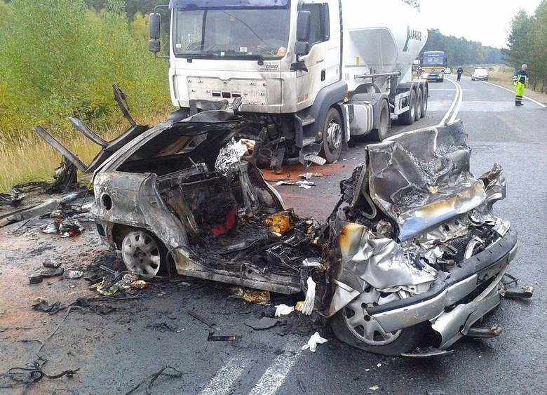 W okolicach Kalisza Pomorskiego, w Prostyni w poniedziałek rano doszło do tragicznego w skutkach wypadku.