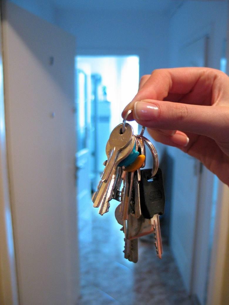 Młodzi Polacy dopiero przed trzydziestką wyprowadzają się z domu rodzinnego