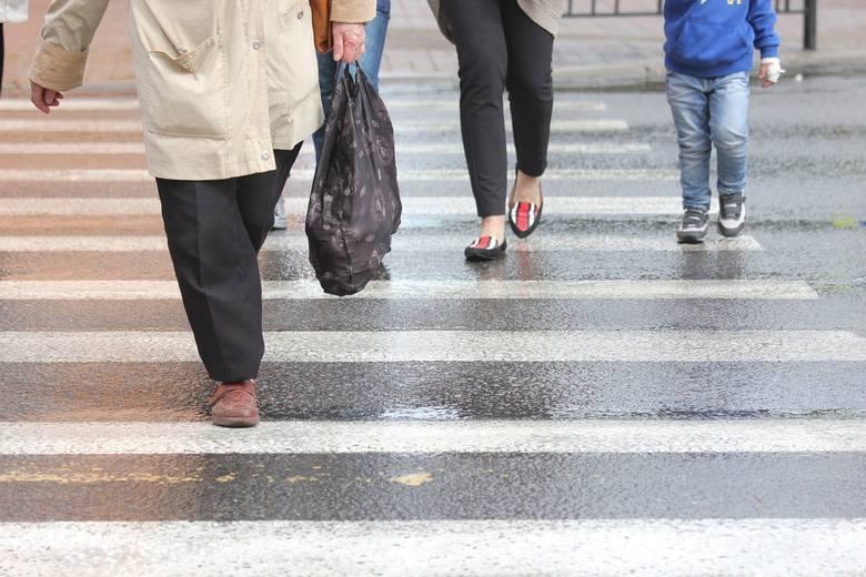Piesi bardziej uprzywilejowani na przejściu? RPO chce zmian. Powód? Wypadki na przejściach dla pieszych