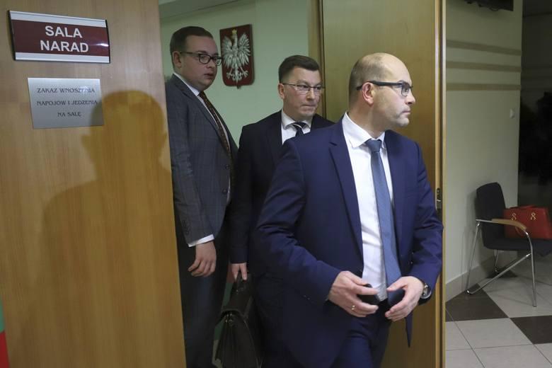 Żeby tym razem wszystko poszło gładko (na poprzedniej sesji doszło do buntu w klubie PiS)  do urzędumarszałkowskiego przyjechali podlascy posłowie PiS: