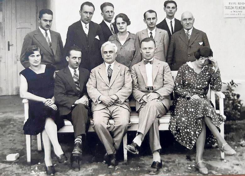 """Bolesław Wit Święcicki (siedzi drugi z lewej),  redaktor naczelny """"Dziennika"""" przed wojną kierował """"Kurierem Wileńskim"""""""