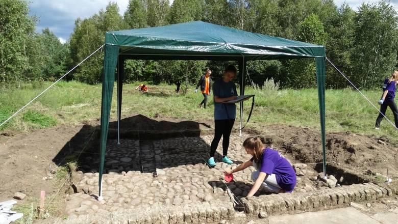 Agnieszka Urban i Anna Urbańczyk, wolontariuszki z Krakowa, podczas odsłaniania obiektów wokół białej chaty