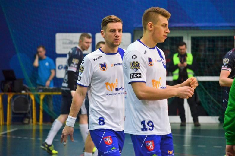 SPR Stal Mielec przegrała mecz za cztery punkty z Energą MKS-em Kalisz. Po tej porażce mielczanie spadli na 5.miejsce w tabeli grupy pomarańczowej. [b]SPR