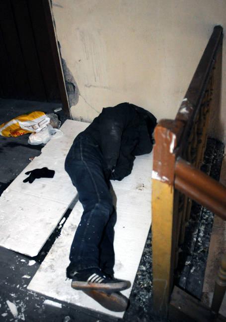 Bezdomny mężczyzna śpi teraz na klatce schodowej, na wysokości IV piętra.
