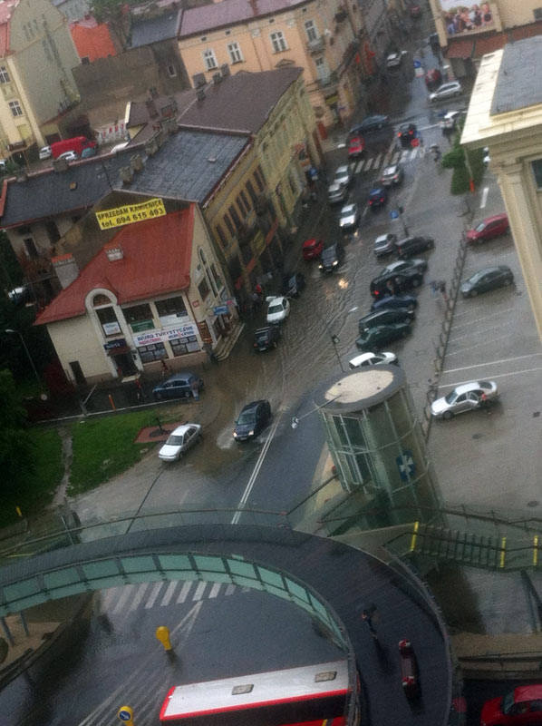 Po przejściu gwałtownej burzy ul. Piłsudskiego w Rzeszowie zamieniła się w rwący potok.