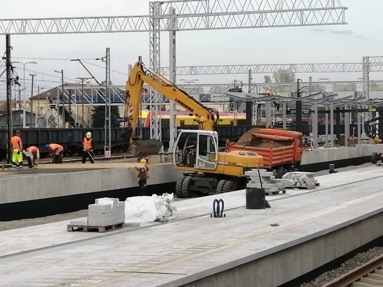 Bardzo szybko postępują prace przy przebudowie dworca głównego PKP w Rzeszowie. Wykonawca prac buduje właśnie kolejne elementy peronów i układa nowe