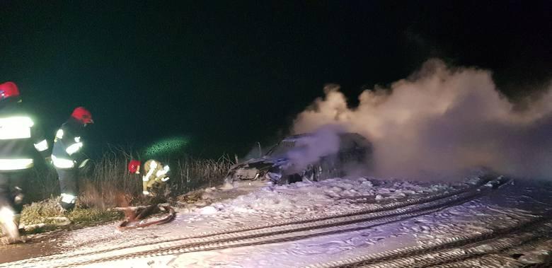 Około godz 21:30 doszło do pożaru auta osobowego marki Mercedes na drodze Białogard - Stanomino. Mimo błyskawicznej reakcji strażaków pojazd spłonął