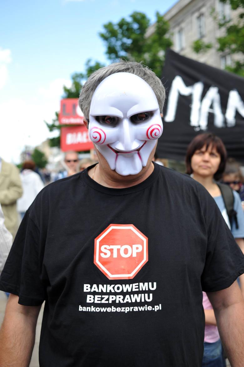 Sytuacja frankowiczów do dziś wzbudza emocje. Osoby spłacające kredyty w tej walucie wychodziły na ulice, by protestować przeciwko trudnej sytuacji.