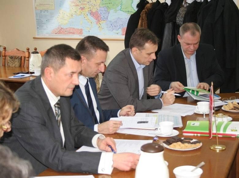 Podczas Powiatowej Rady Zatrudnienia zatwierdzono podział środków zaproponowany przez Sławomira Cieślickiego, dyrektora PUP-u (drugi z lewej). Obok: