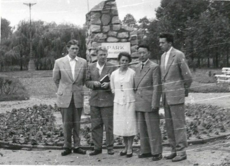 Przed pomnikiem Janka Krasickiego w parku, od lewej: Edward Szymański, Jan Konieczka ?, Wanda Hertig, Ri Jin Ben, Stanisław Kaszyński