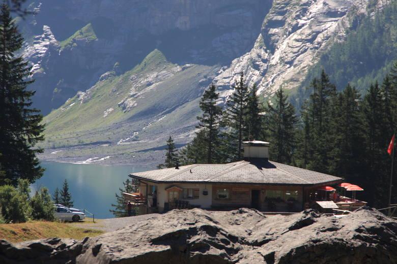 Szwajcaria. Rajska hala ponad turkusowym okiem