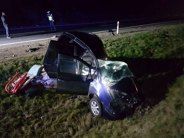 Jedna osoba nie żyje, a dwie są ranne. Samochód osobowy zderzył się z autem dostawczym.