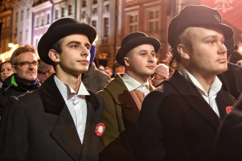 Na scenie pojawiły się gwiazdy polskiej muzyki rozrywkowej, które zaprosiły publiczność do wspólnego śpiewu patriotycznych pieśni.Czytaj dalej --&am