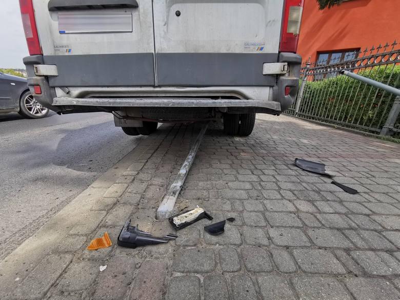 Do zdarzenia doszło w piątek na ul. Jagiellońskiej w Przemyślu. Kierujący dostawczym iveco, jadąc w kierunku ul. Słowackiego, stracił panowanie nad pojazdem