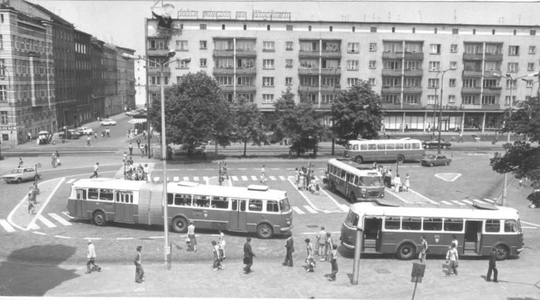 Czerwiec 1977, remont wielu wrocławskich ulic przyczynił się do tego, że przystanki autobusowe przeniesiono pod Dworzec Główny