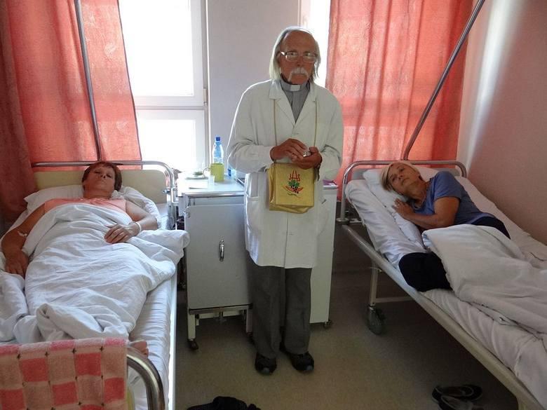 W szpitalu podczas posługi kapłańskiej dla chorych