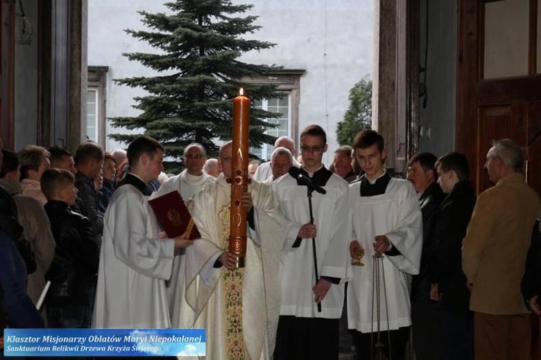 Niezwykle uroczysty przebieg miała liturgia Wigilii Paschalnej w sanktuarium na Świętym Krzyżu. Zapraszamy do obejrzenia galerii zdjęć z tego wydarzenia.