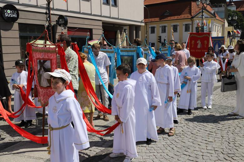 To jedno z najważniejszych świąt w Kościele katolickim. W czwartek katolicy obchodzą Boże Ciało. Przez centrum miasta przeszła procesja. Zapraszamy do