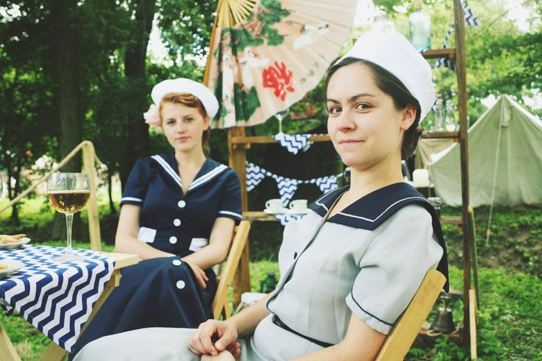 Marynarskie motywy w dwudziestoleciu międzywojennym miały wzięcie. Na zdjęciu (od lewej): Joanna Polkowska i Ewa Nieścioruk w sukienkach marynarskich