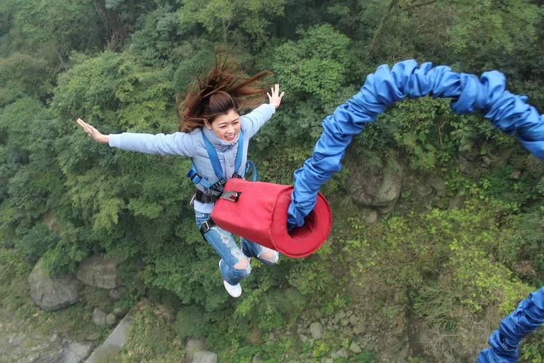 Skok na bungee można zrealizować w pojedynkę lub w parze. Skok wiąże się z krótkim szkoleniem a następnie odpowiednim zabezpieczeniem i ...przełamaniem