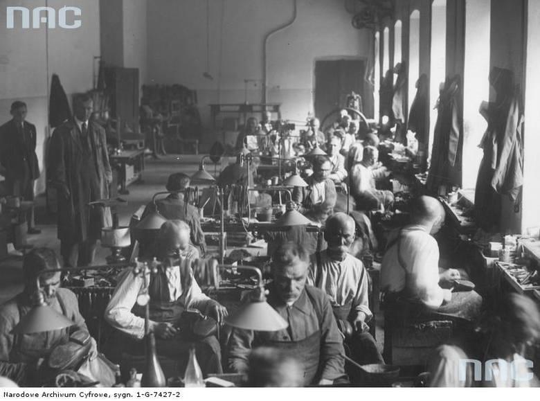 Mężczyźni pracujący w warsztacie szewskim Domu Zarobkowego