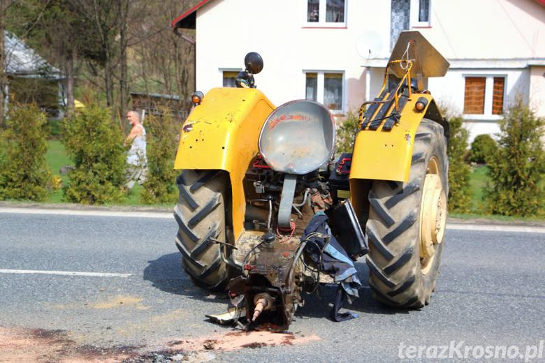 Funkcjonariusze zakończyli czynności na miejscu zderzenia ciągnika rolniczego z volkswagenem golfem.