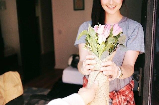 83 procent badanych twierdzi, że kobiety lubią z okazji Dnia Kobiet zostać obdarowane niestandardowym prezentem - donosi portal Prezentmarzeń. Jednak