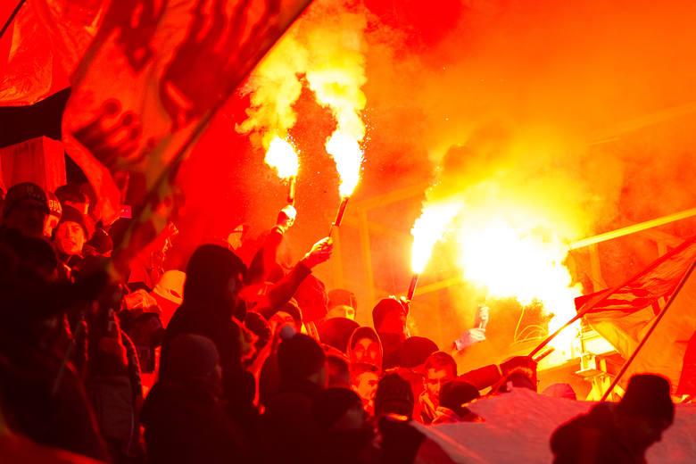 Korona Kielce przegrała z Arką Gdynia 0:1 w meczu osiemnastej kolejki PKO Ekstraklasy. Kibice Korony z Młyna przygotowali ciekawą oprawę na to spotkanie.