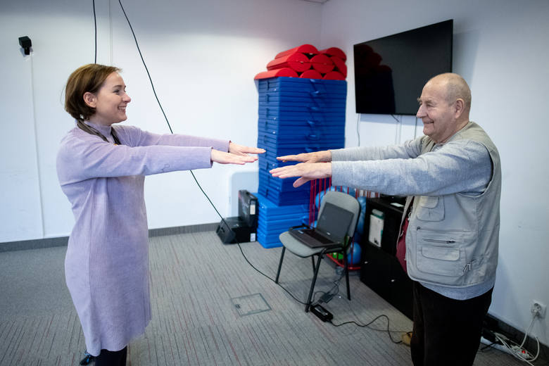 Dzięki wirtualnej rzeczywistości podopieczni Wielkopolskiego Stowarzyszenia Alzheimerowskiego w jednej chwili mogą znaleźć się w innej przestrzeni, nie wychodząc z pokoju.
